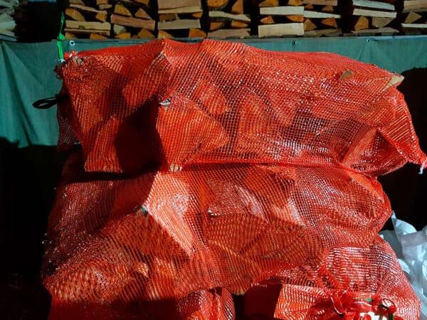 Сухие дрова в сетках