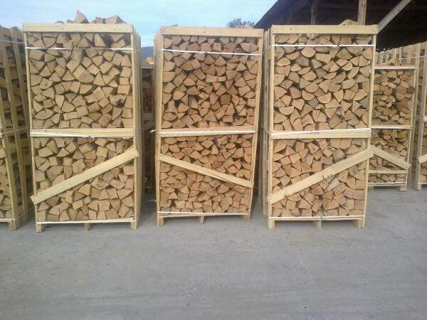 Сухие дрова на поддонах